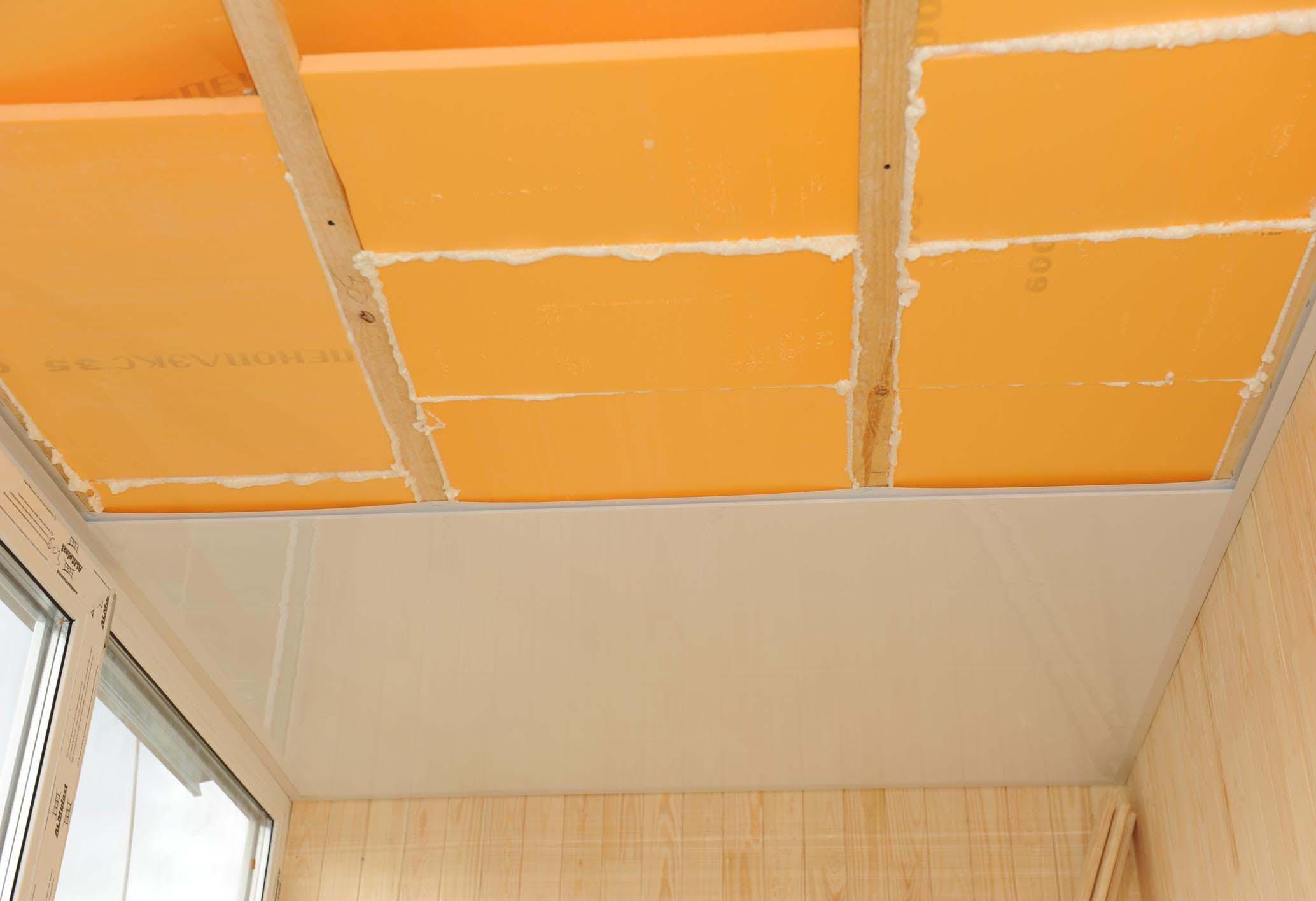 Ремонт и отделка потолка на балконе.
